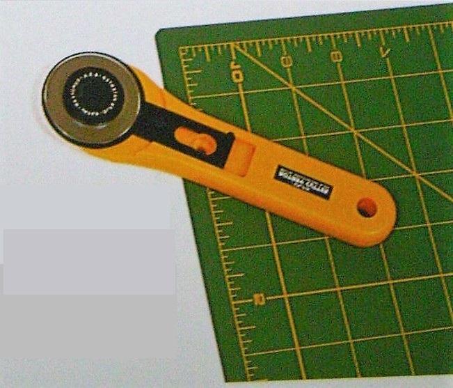 A szabáshoz használt körkést a patchwork kedvelői biztosan jól ismerik, hiszen elengedhetetlen eszköz munkájukban. Persze a szabáshoz készült körkésekből is számtalan típus kapható, használatának elsajátítása pedig gyakorlást igényel.